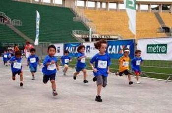 Meninos - dsiputando atletismo