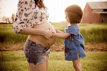 Acariciando a barriga grávida